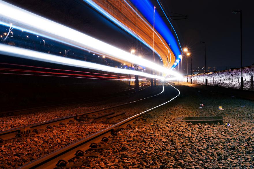Η τέχνη του long exposure κάνει τα φώτα των τραμ εξωπραγματικά!