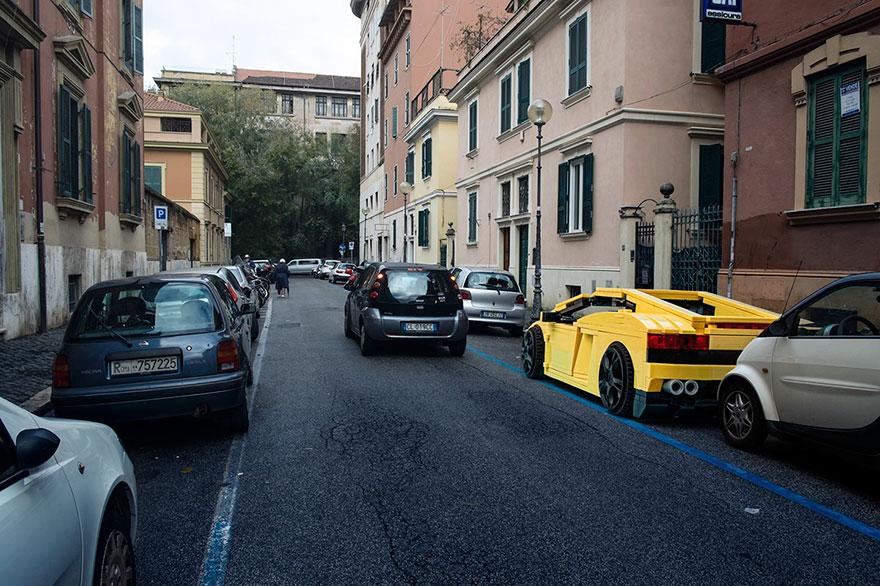 Αυτοκίνητα LEGO κυκλοφορούν στους δρόμους της Ρώμης