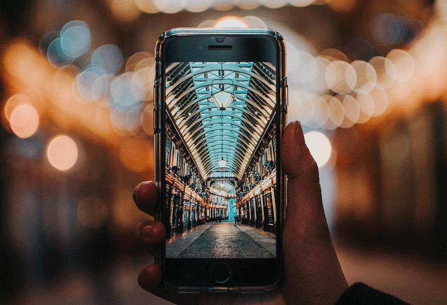 Φωτογραφίες αστικών τοπίων μέσα από την οθόνη ενός iPhone